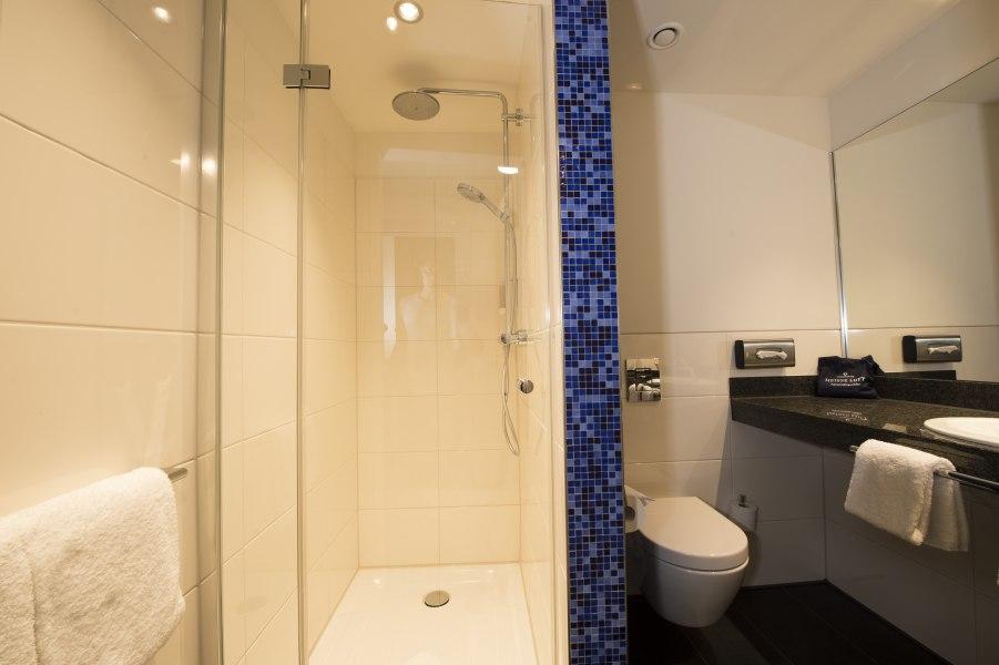Bathroom with walk-in shower, © Copypright/carathotel Düsseldorf City